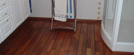 Parquet teck avec joints noirs pont de bateau dans une salle de bain