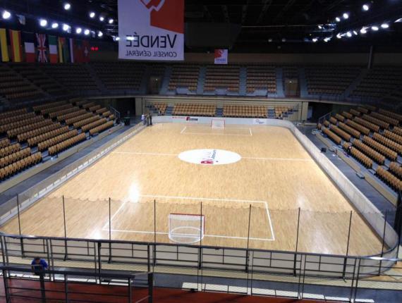 Pose du parquet sportif démontable au Vendespace pour le mondial de Rink Hockey