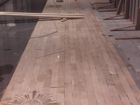 Pose du parquet avec rosaces suivant calepinage de l'architecte