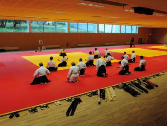 Dojo terminé Les 1050 m² du Dojo ont été posés en 1 semaine par nos 10 poseurs (double lambourdage + parquet).